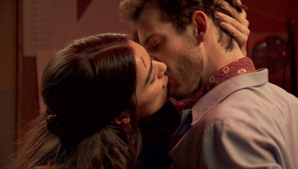 Vicky y Javier, embriagados, se dejan llevar por el deseo