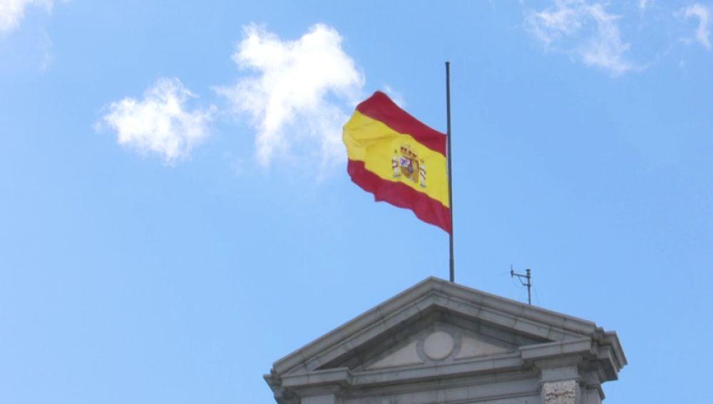Las banderas de los edificios militares ondean a media asta un año ...