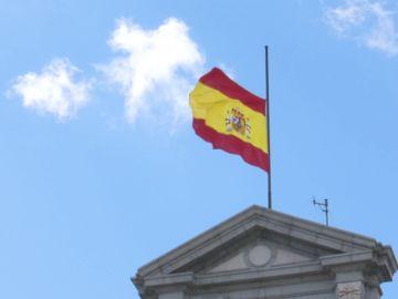 Banderas a media asta en los edificios militares