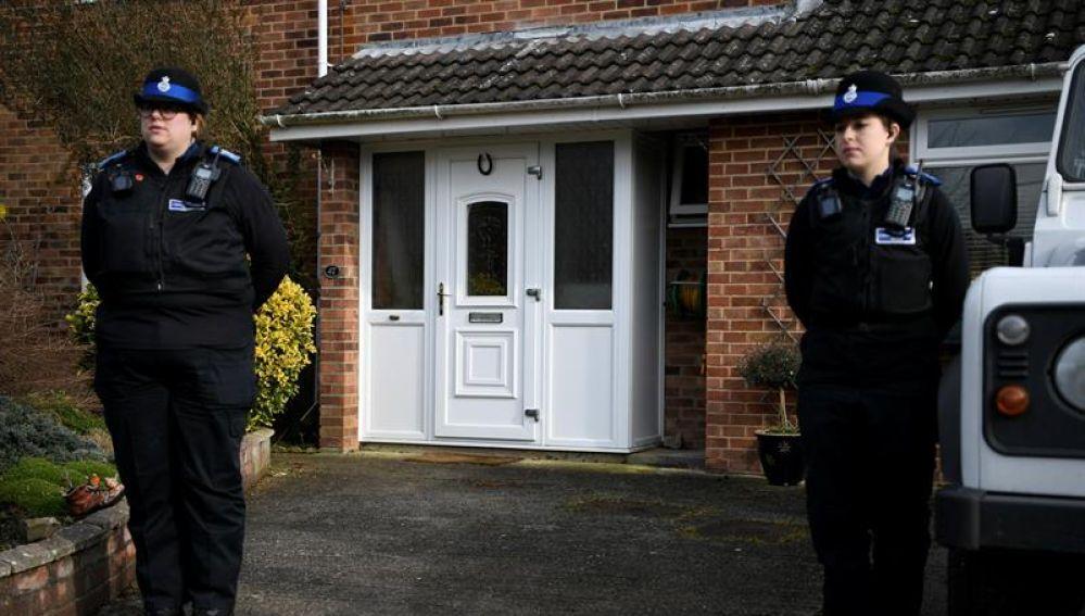 Dos policías vigilando en la que fue la casa del retirado espía ruso Sergei Skripal