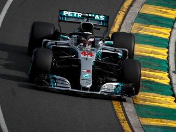 Lewis Hamilton pilota su Mercedes en Australia