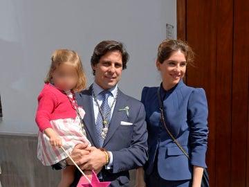 Fran Rivera y Lourdes Montes con su hija en el Jueves Santo de Sevilla