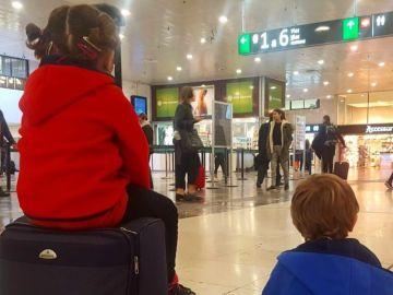 Los hijos de Junqueras esperando para ir a ver a su padre