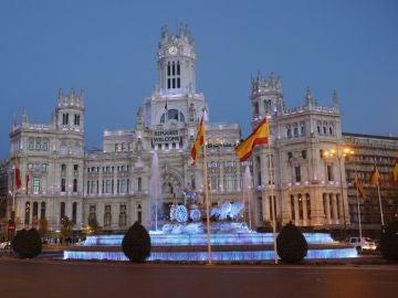 El Ayuntamiento de Madrid y la Cibeles, teñidos de azul