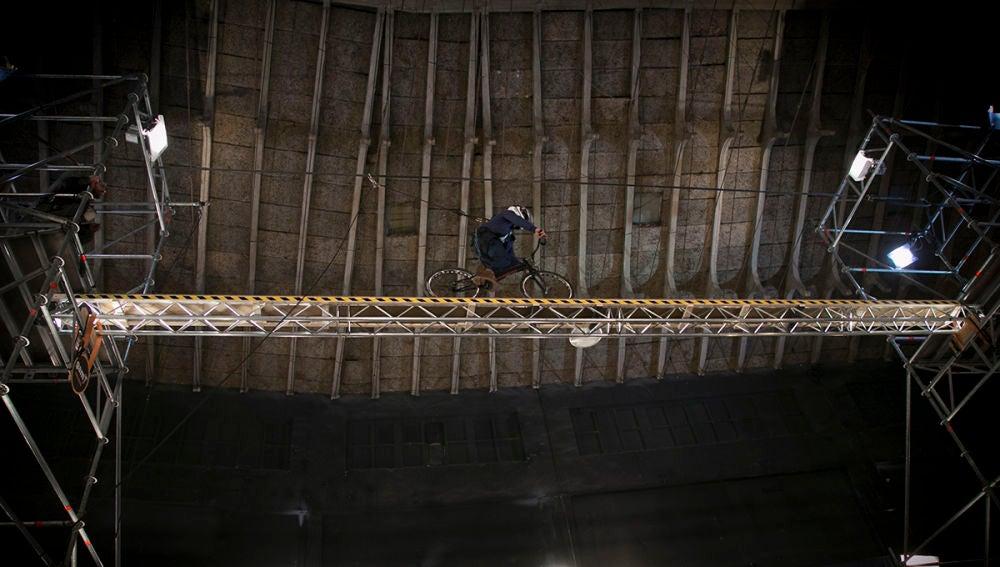 Rubén supera un nuevo reto sobre una bicicleta a 6 metros de altura