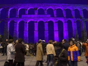 El acueducto de Segovia se ilumina de azul
