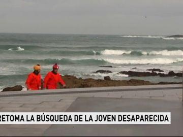 Retoman la búsqueda de la joven a la que arrastró el mar en A Coruña