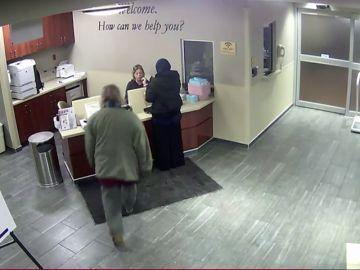Brutal agresión a una mujer con hijab en una recepción de un hospital en Detroit