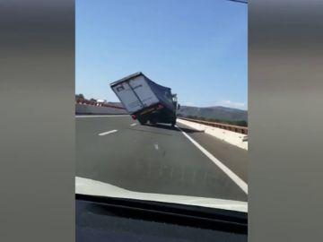 Vuelcan dos camiones en la carretera A-7 por fuertes rachas de viento.