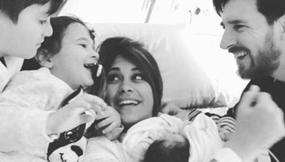 Leo Messi y Antonella Roccuzzo con sus hijos