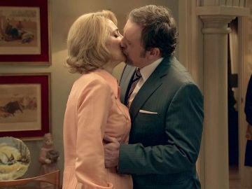 Ernesto besa a Matilde demostrándole su amor más sincero