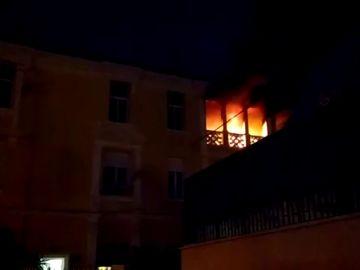 Un hombre intenta quemar la vivienda en la que vivía con su mujer y sus hijos