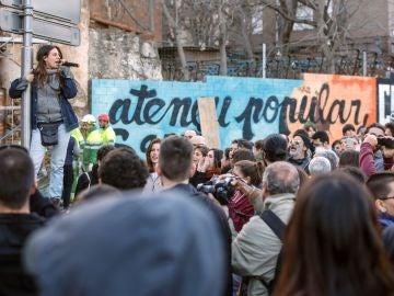 Manifestación llevada a cabo ante el Ateneu Popular de Sarrià contra el incendio