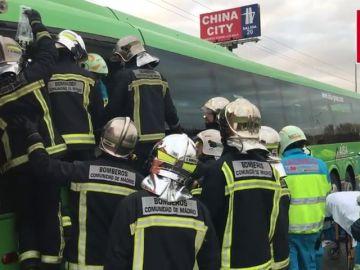 Un autobús de pasajeros impacta contra un camión en la A-4 a su paso por la localidad madrileña de Pinto