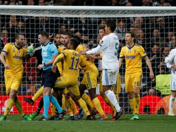 Los jugadores de la Juventus protestan al árbitro
