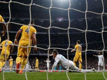Los jugadores de la Juventus protestas después del penalti señalado sobre Lucas