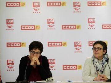 La portavoz de UGT, Laura Pelay, junto a la portavoz de CCOO, Montse Ros, durante la rueda de prensa