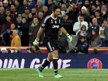 Ovación del Bernabéu a Buffon tras ser expulsado