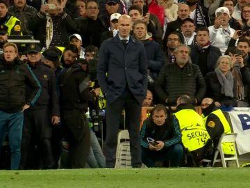 Zidane mira fijamente a Cristiano Ronaldo