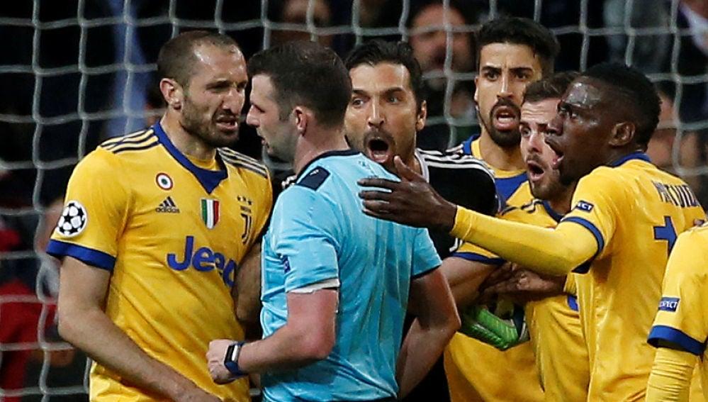 Buffon protesta el penalti señalado a Benatia en el Bernabéu