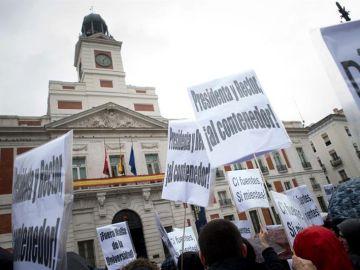 Cientos de alumnos y profesores de la Rey Juan Carlos en la Puerta del Sol
