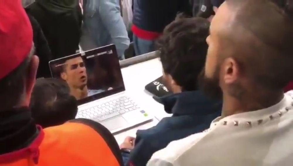 Arturo Vidal observa el penalti de Cristiano Ronaldo ante la Juventus