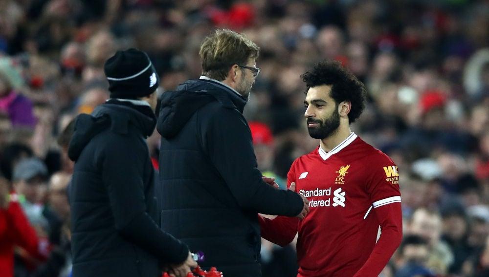Klopp conversa con Salah en un partido del Liverpool