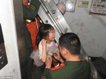 Una niña de seis años queda atrapada en el hueco del ascensor