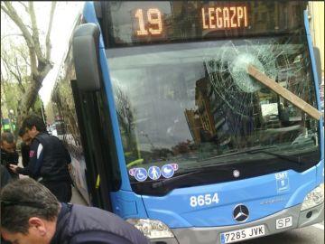 Detenido por agredir a un conductor de un autobús en Madrid rompiendo la luna con un tablón