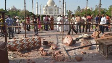 Un minarete del Taj Mahal, derribado por el viento