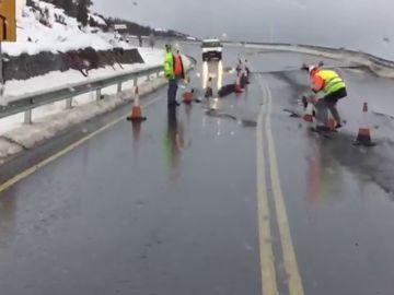 Un deslizamiento provoca la aparición de una profunda grieta en la carretera