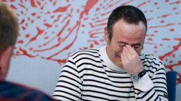 Iker Galartza abandona el rodaje a punto de explotar de risa