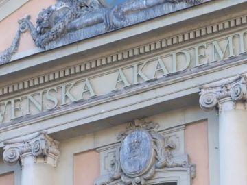 La Academia Sueca fuerza una solución de compromiso, pero continúa en crisis