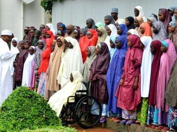 El presidente nigeriano habla con las niñas del colegio Dapchi, liberadas tras el secuestro del grupo yihadista Boko Haram