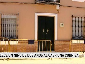 Muere un niño de dos años al desprenderse la cornisa de una vivienda en Sevilla
