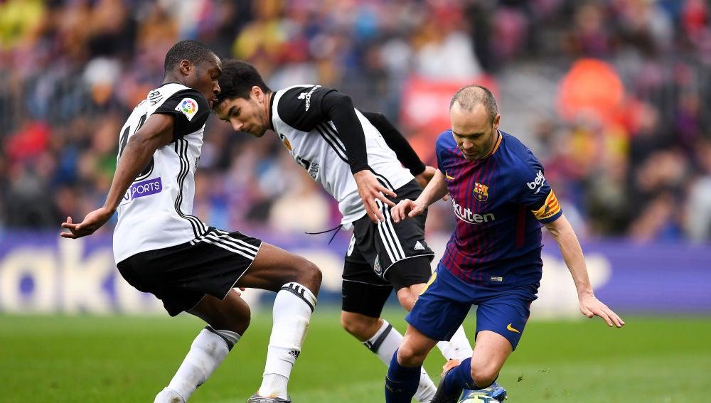 Andrés Iniesta, en acción ante el Valencia
