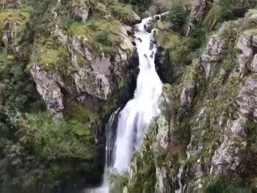 Las lluvias caídas en Galicia dejan bellas estampas como la cascada del río Toxa