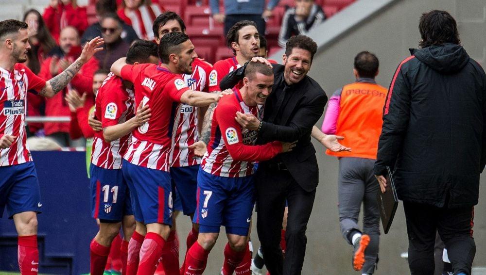 Simeone celebra el gol de Griezmann en el Metropolitano