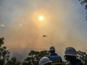 Bomberos australianos intentan sofocar un incendio en los alrededores de Sídney