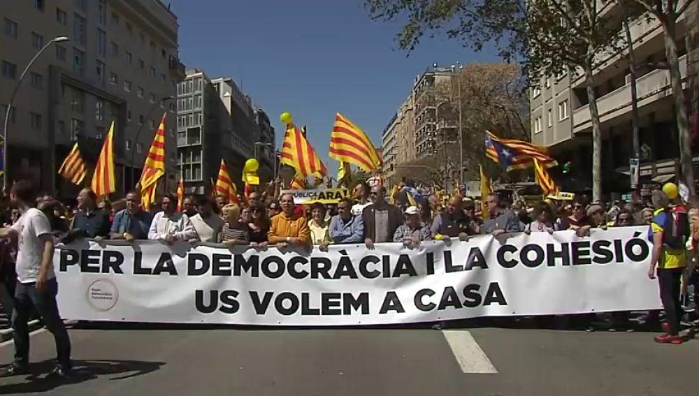 Miles de afines a los partidos soberanistas y entidades sociales piden la libertad para los presos independentistas en Barcelona
