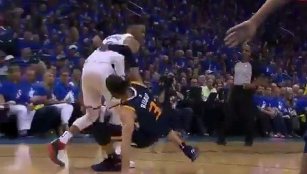 Westbrook golpea a Ricky Rubio