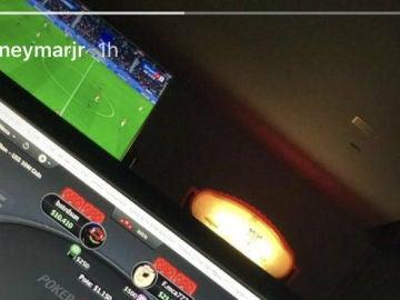 Neymar juega al póker mientras el PSG se juega la Liga francesa