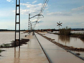 La vía férrea en Quinta del Ebro ha quedado inundada