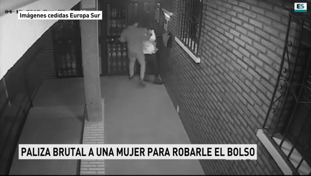 Una mujer es agredida brutalmente mientras le roban el bolso