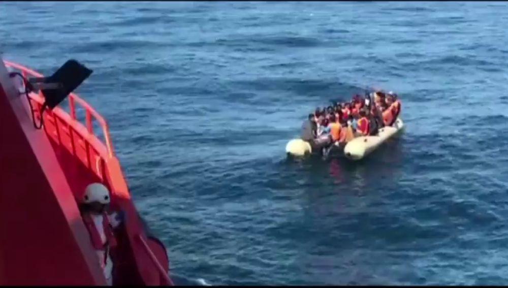 Rescatados 84 inmigrantes de tres pateras en el mar de Alborán