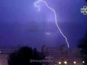 Así se vio la impresionante tormenta eléctrica en Sevilla
