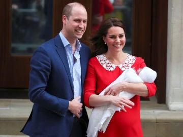 El príncipe Guillermo y Kate Middleton posan con su hijo