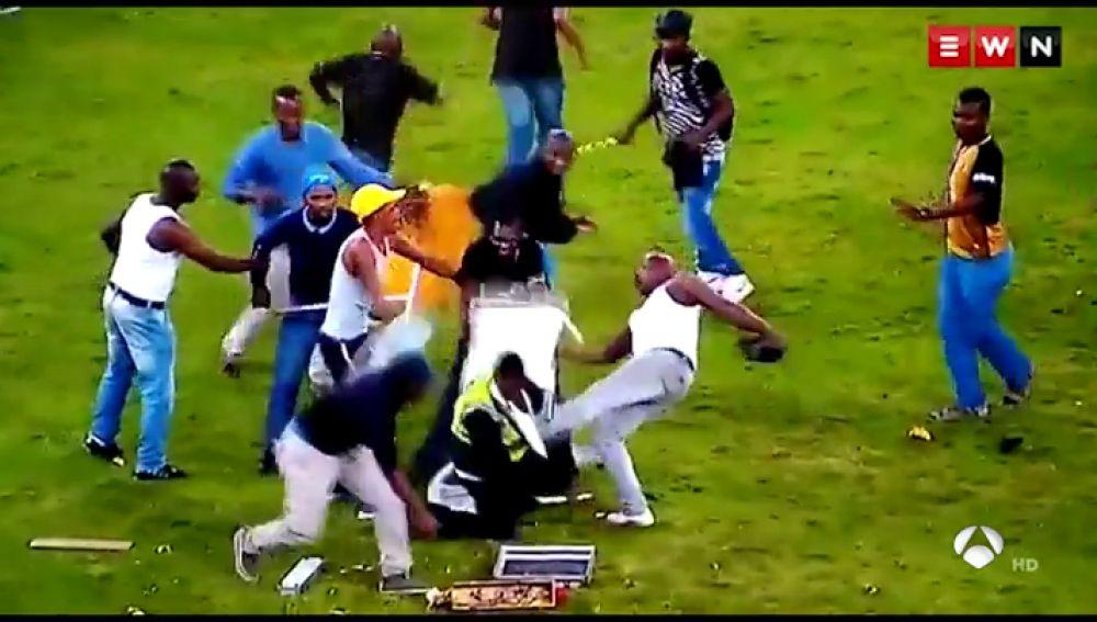 Escalofriante pelea en Sudáfrica: un empleado de seguridad cae desplomado tras recibir una patada en la cabeza