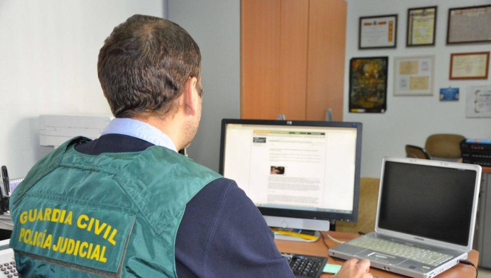 Imagen de archivo de un agente de la Guardia Civil trabajando en una operación contra la pornografía infantil