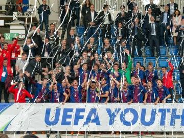 Los juveniles del Barça levantan el trofeo de la UEFA Youth League
